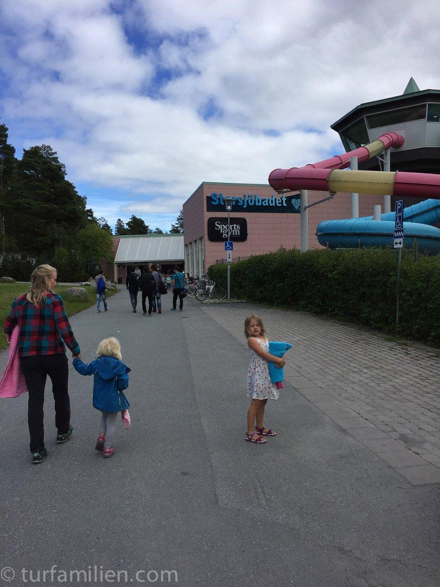 barna på vei inn til storsjøbadet