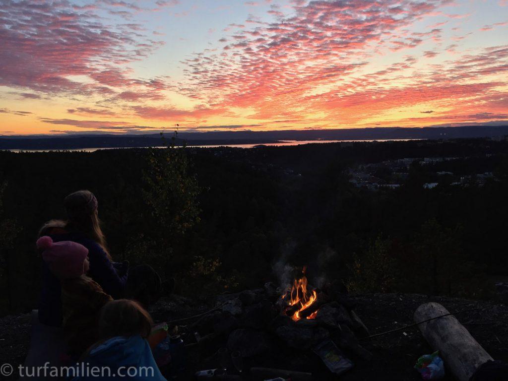 barna ser på solnedgangen på verdens fineste tur i østmarka