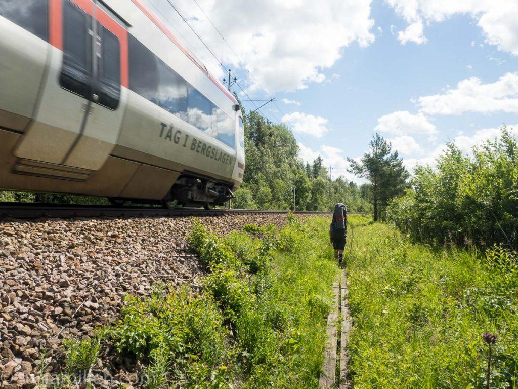 toget kjører forbi mens vi går stien