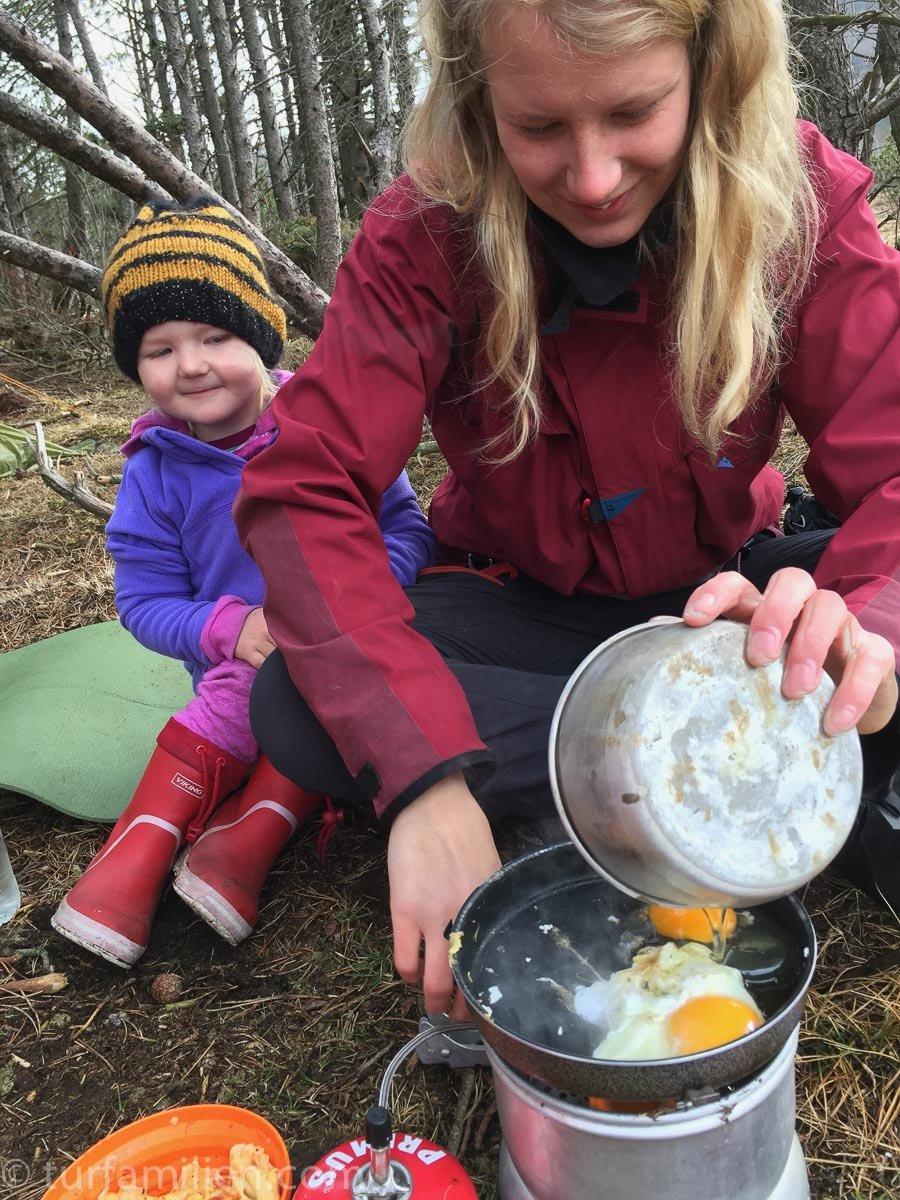 frokost på telttur - egg og bacon
