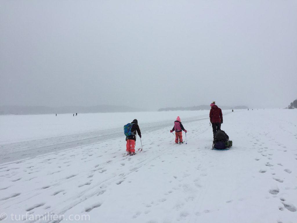 på skitur på isen i høvik
