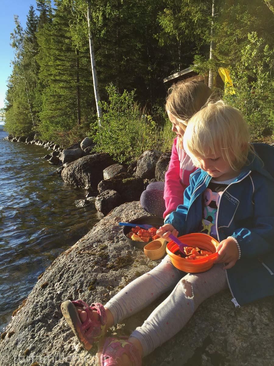 middag ved vannet på telttur med barn