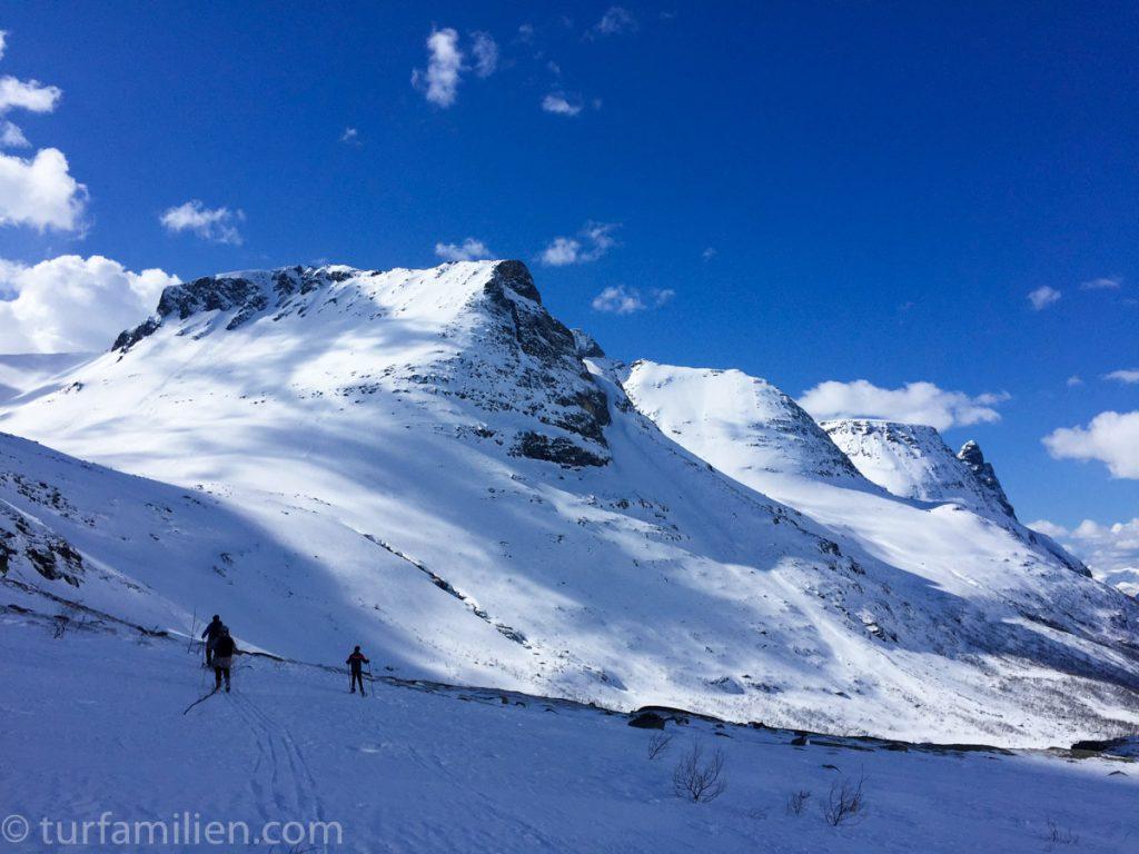 innerdalen på vinteren med innerdalstårnet